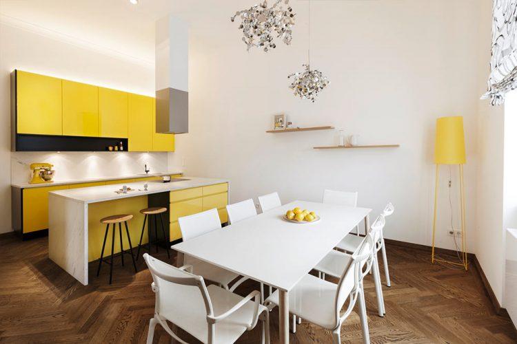 Küche gelb-Küche nach Maß-moderne Küche Wien-Küchenplanung Wien-Essbereich in Weiß-verspielte Leuchten-schwarz weiß Jalousie