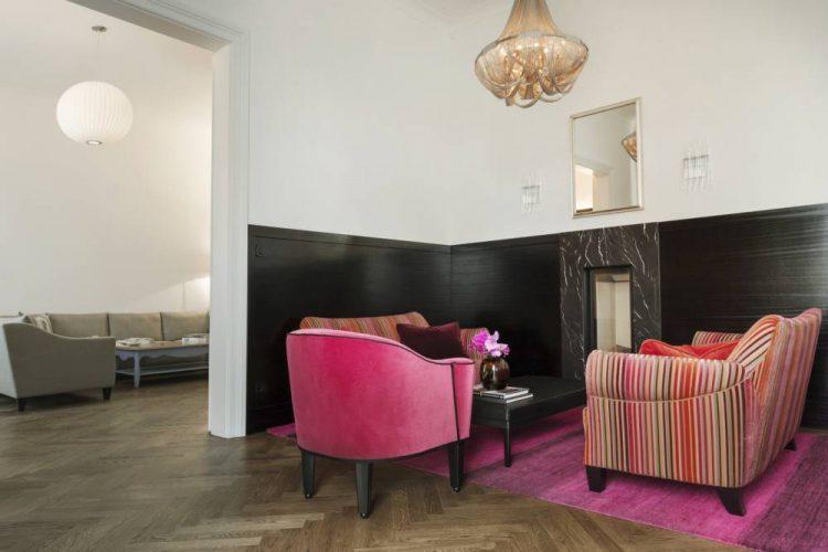 Polstermöbel Josef Hoffmann-Wittmann-Wiener Jugendstil-Art Nouveau-klassisches Wohnzimmer Wien-Wohnzimmer in Pink Bordeaux Gold Schwarz-schwarzer Marmor Kamin