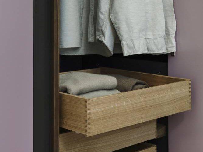 Kleiderschrank Innenläden aus Eiche-Kleiderschrank Nussholzgriffe-Kleiderschrank Design Wien-Schlafzimmerplanung Wien