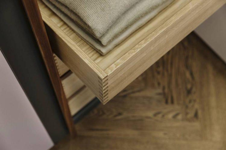 Kleiderschrank Innenläden aus Eiche-Nussholz Griffleisten-Kleiderschrank Design Wien-Schlafzimmerplanung Wien