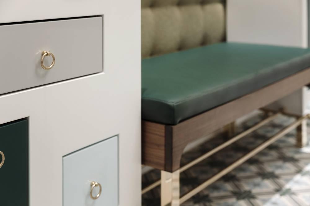 Sitzbank Anfertigung mit Lederpolsterung-Untergestell und Schuhablage aus Messing-Garderoben Einrichtung Wien-Garderobenmöbel Wien