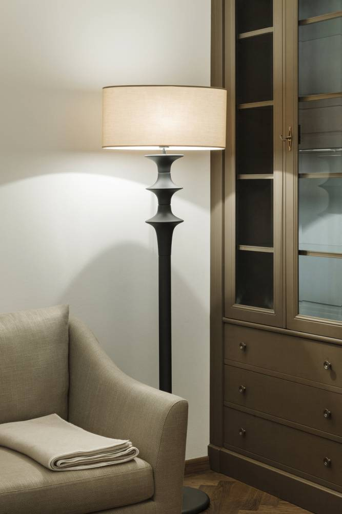 Gedrechselte Stehlampe-Klassische Massivmöbel-Klassisches modernes Sofa-klassische Einrichtung Wien