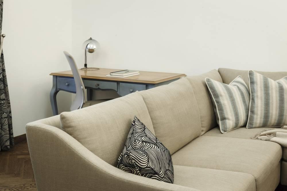 Klassisches Sofa in Beige-klassischer Schreibtisch-klassische Einrichtung Wien